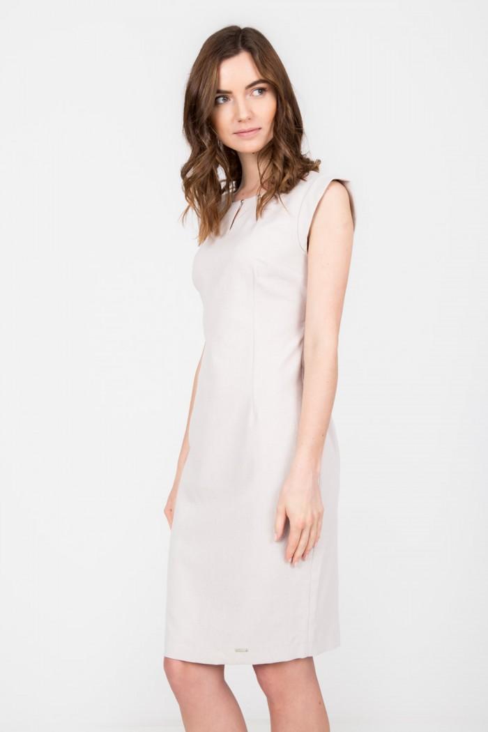 bezowa-olowkowa-sukienka-z-ozdobnym-dekoltem-quiosque-f69